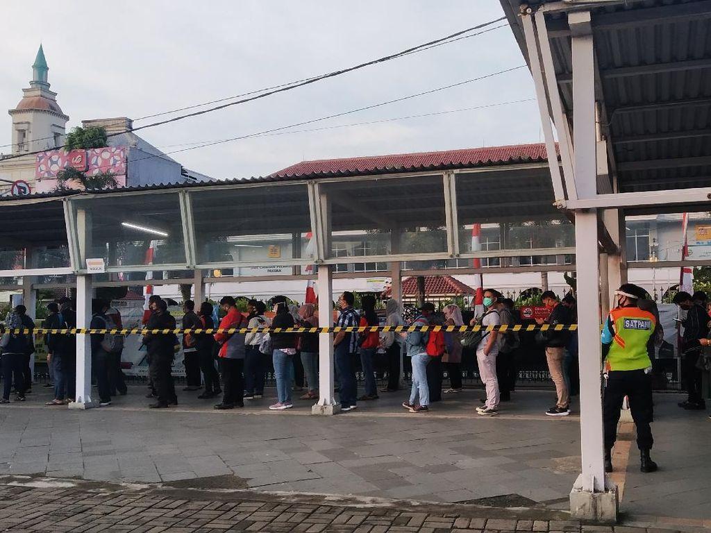 Calon Penumpang Mulai Padati Stasiun Bogor, Tak Ada Antrean Panjang