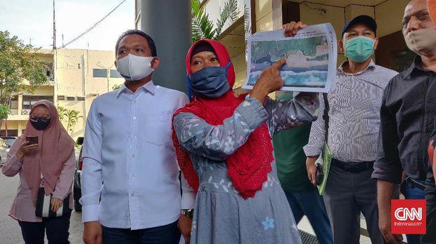 Tijah, istri Salim Kancil di Polda Jawa Timur, Kamis (9/7)