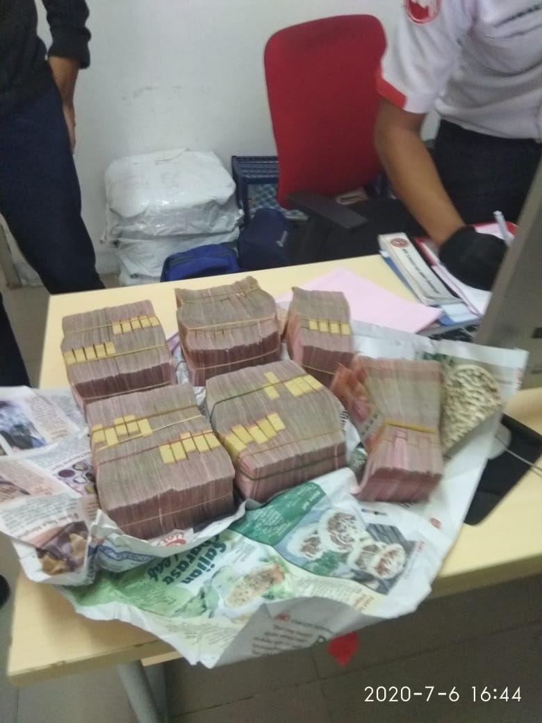 Uang yang ditemukan Mujenih di KRL Bogor