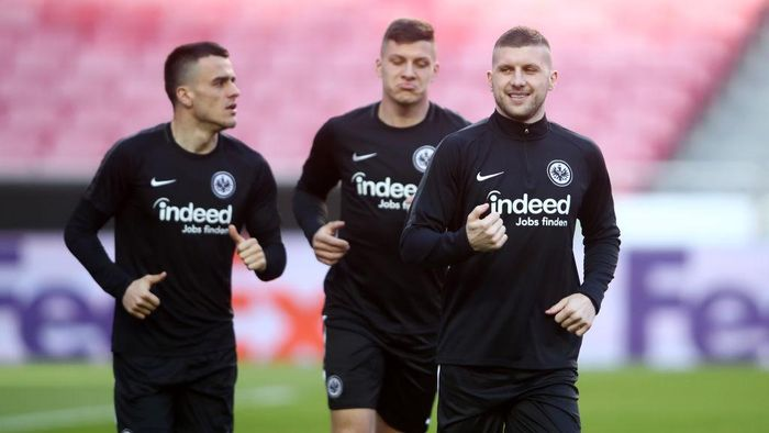 LISBON, PORTUGAL - APRIL 10: Luka Jovic, Filip Kostic and Ante Rebic of Eintracht Frankfurt warm up during an Eintracht Frankfurt training session ahead of their UEFA Europa League quarter-final match against Benfica. At Estadio do Sport Lisboa e Benfica on April 10, 2019 in Lisbon, Portugal. (Photo by Alex Grimm/Getty Images)