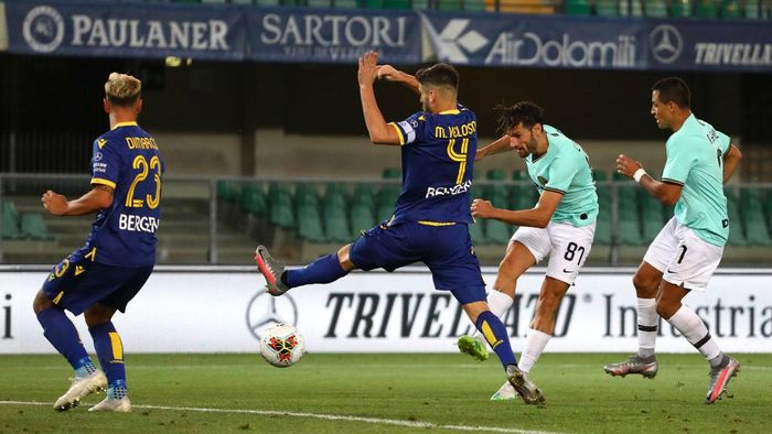 VERONA, ITALY - JULY 09:  Antonio Candreva #87 of FC Internazionale scores his goal during the Serie A match between Hellas Verona and FC Internazionale at Stadio Marcantonio Bentegodi on July 9, 2020 in Verona, Italy.  (Photo by Marco Luzzani/Getty Images)