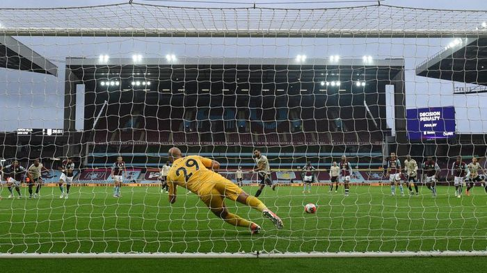 BIRMINGHAM, ENGLAND - JULY 09: Bruno Fernandes of Manchester United scores his teams first goal from the penalty spot past Pepe Reina of Aston Villa during the Premier League match between Aston Villa and Manchester United at Villa Park on July 09, 2020 in Birmingham, England. Football Stadiums around Europe remain empty due to the Coronavirus Pandemic as Government social distancing laws prohibit fans inside venues resulting in all fixtures being played behind closed doors. (Photo by Oli Scarff/Pool via Getty Images)