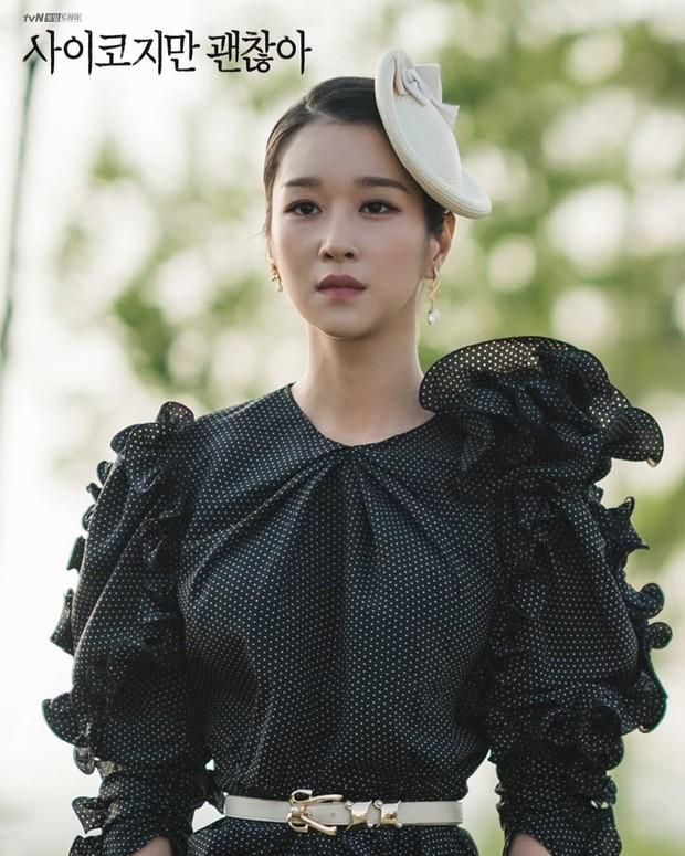 Seo Ye Ji mengenakan gaun hitam motif polkadot kecil itu dengan aksen ruffledi bagian lengan.
