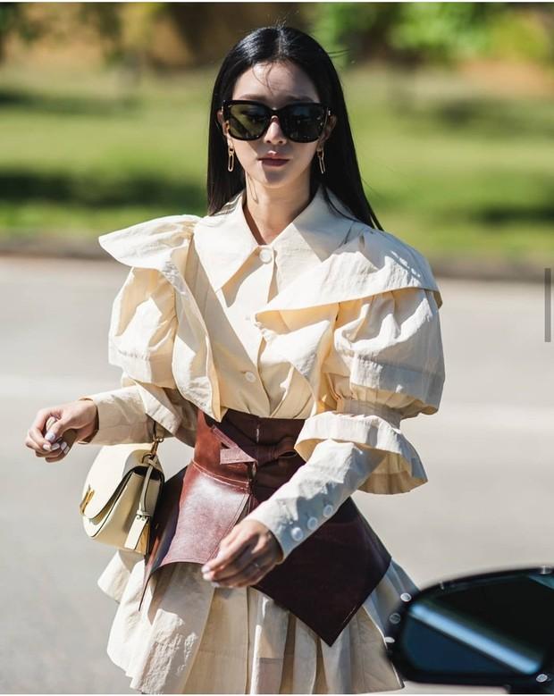 Seo Ye Ji mengenakan Puffy Sleeve Jacketwarna beige koleksi Minju Kim yang dipadukan obi berwarna cokelat dari Loewe Wide.