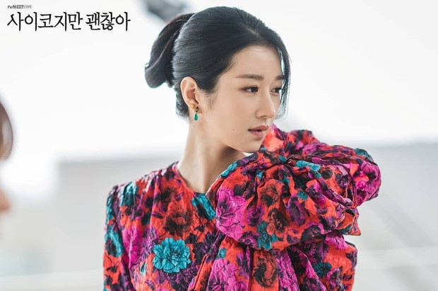 Seo Ye Ji mengenakan mini dress bermotif floral dengan aksen pita di bagian bahu sebelah kiri.