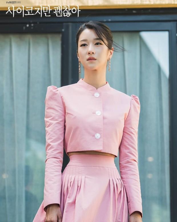 Seo Ye Ji mengenakan setelan crop top lengan panjangdengan bawahanlong skirt yang memperlihatkan lekuk tubuh dan lingkar pinggangnya yang begitu ramping.