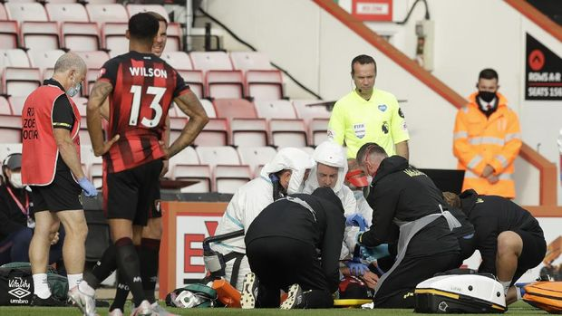 BOURNEMOUTH, ENGLAND - JULY 09: Adam Smith of AFC Bournemouth receives medical treatment during the Premier League match between AFC Bournemouth and Tottenham Hotspur at Vitality Stadium on July 09, 2020 in Bournemouth, England. Football Stadiums around Europe remain empty due to the Coronavirus Pandemic as Government social distancing laws prohibit fans inside venues resulting in all fixtures being played behind closed doors. (Photo by Matt Dunham/Pool via Getty Images)