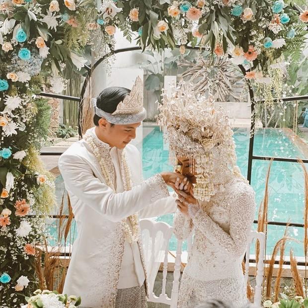 Artis Dinda Hauw resmi menikah dengan penyanyi sekaligus konten creator Reynaldi Mbayang pada hari ini, Jumat, 10 Juli 2020.
