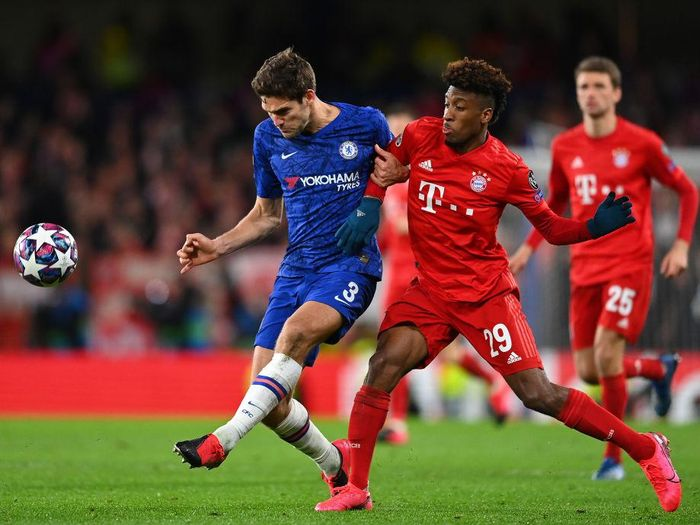 LONDON, ENGLAND - FEBRUARY 25: Kingsley Coman of Bayern Muenchen and Marcos Alonso of Chelsea vie for the ball during the UEFA Champions League round of 16 first leg match between Chelsea FC and FC Bayern Muenchen at Stamford Bridge on February 25, 2020 in London, United Kingdom. (Photo by Clive Mason/Getty Images)