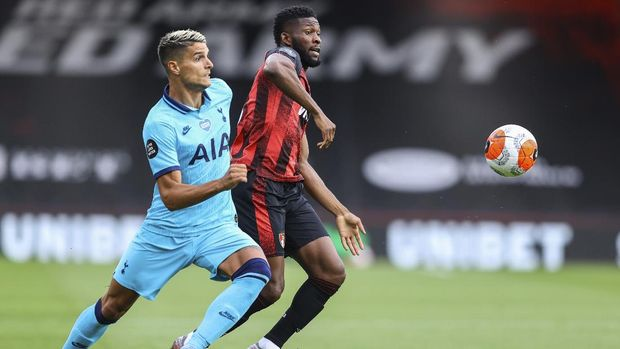 Tottenham's Erik Lamela, left, Bournemouth's Jefferson Lerma duel for the ball during the English Premier League soccer match between Bournemouth and Tottenham at the at Vitality Stadium in Bournemouth, England, Thursday, July 9, 2020. (Richard Heathcote/Pool via AP)