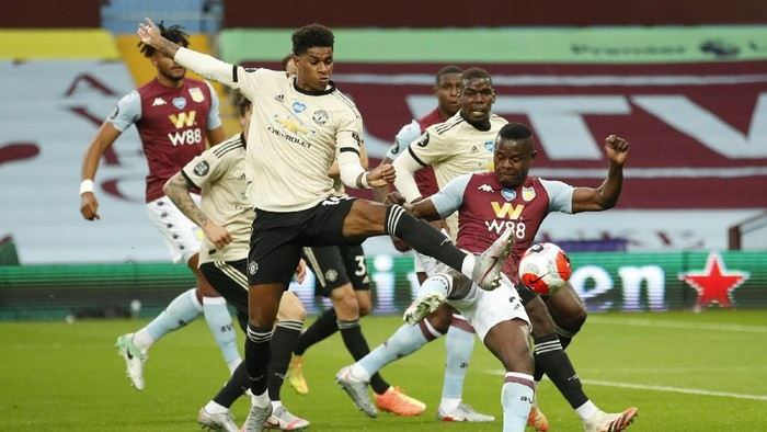 BIRMINGHAM, ENGLAND - JULY 09: Marcus Rashford of Manchester United is challenged by Mbwana Samatta of Aston Villa during the Premier League match between Aston Villa and Manchester United at Villa Park on July 09, 2020 in Birmingham, England. Football Stadiums around Europe remain empty due to the Coronavirus Pandemic as Government social distancing laws prohibit fans inside venues resulting in all fixtures being played behind closed doors. (Photo by Andrew Boyers/Pool via Getty Images)