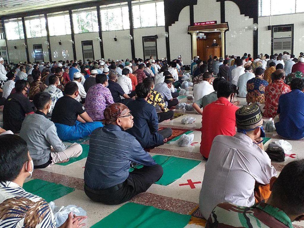 Jemaah Salat Jumat Masjid Al Falah Gunakan Sajadah Darurat Cegah COVID-19