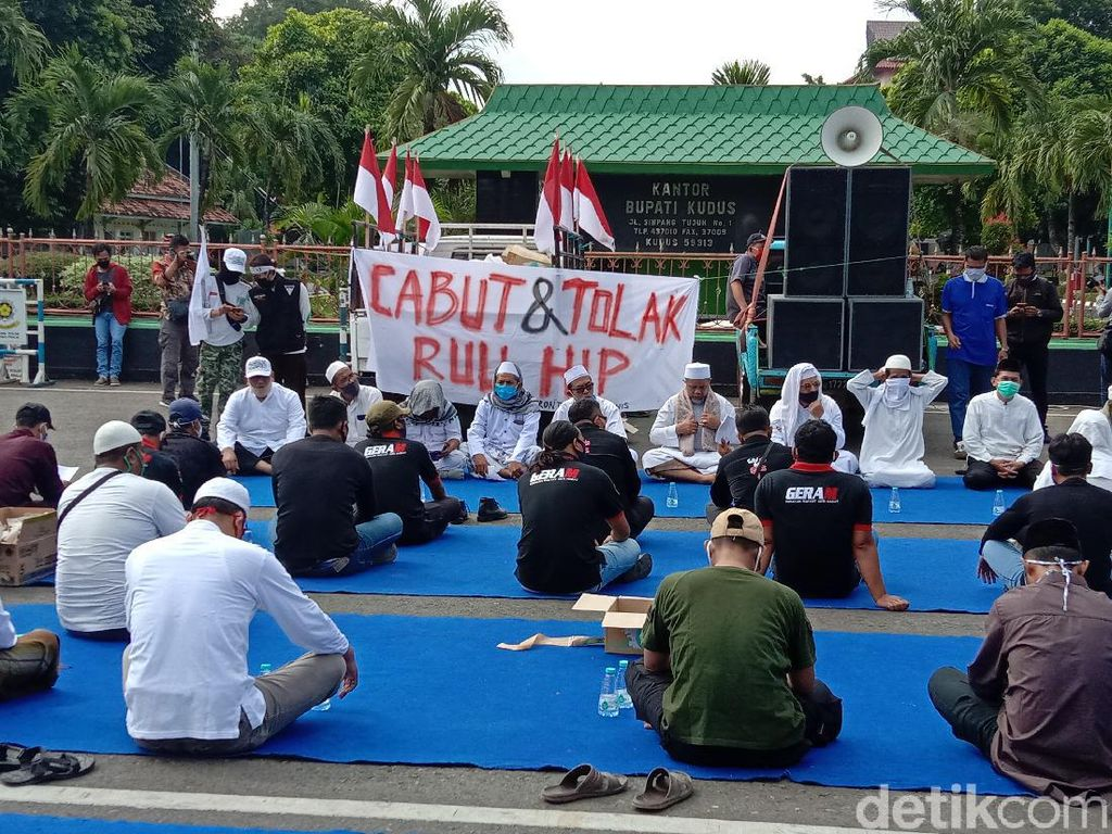 Massa Ormas di Kudus Lesehan di Alun-alun Demo Tolak RUU HIP