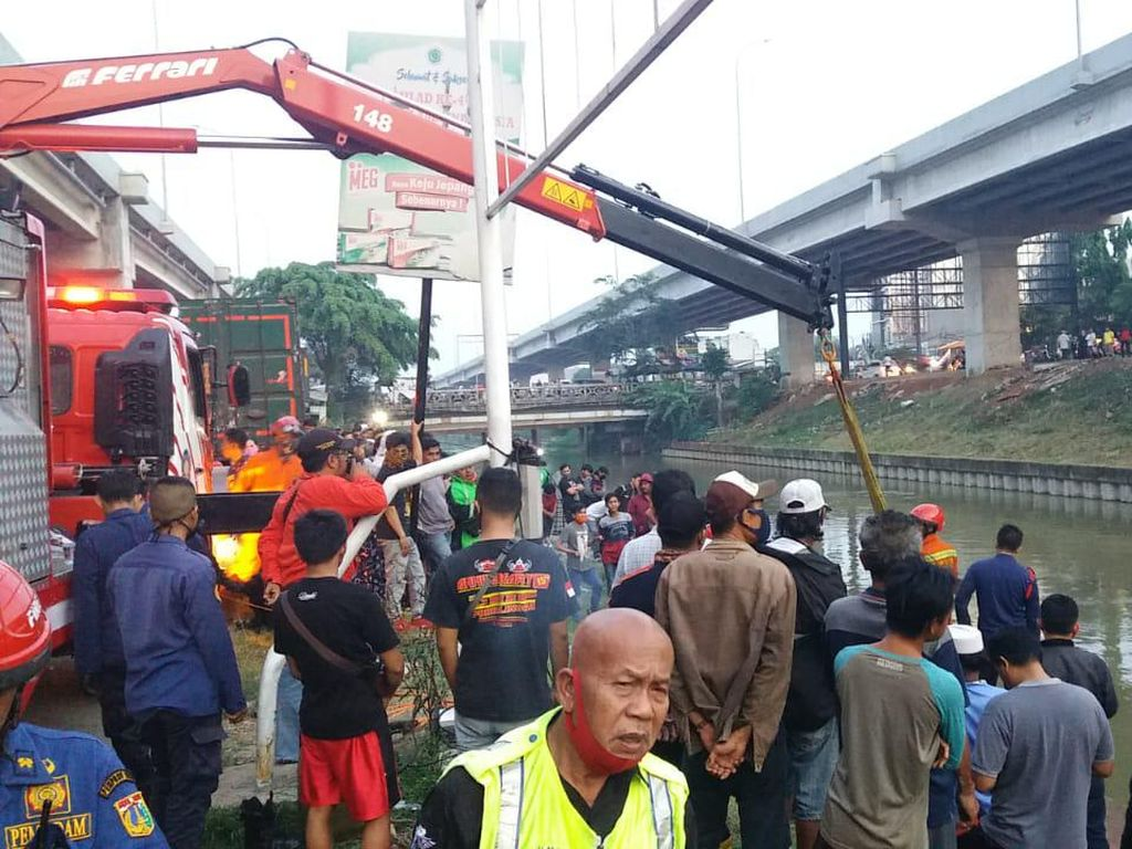 Momen Ustazah Selamatkan Anak dari Mobil yang Nyemplung di Kalimalang