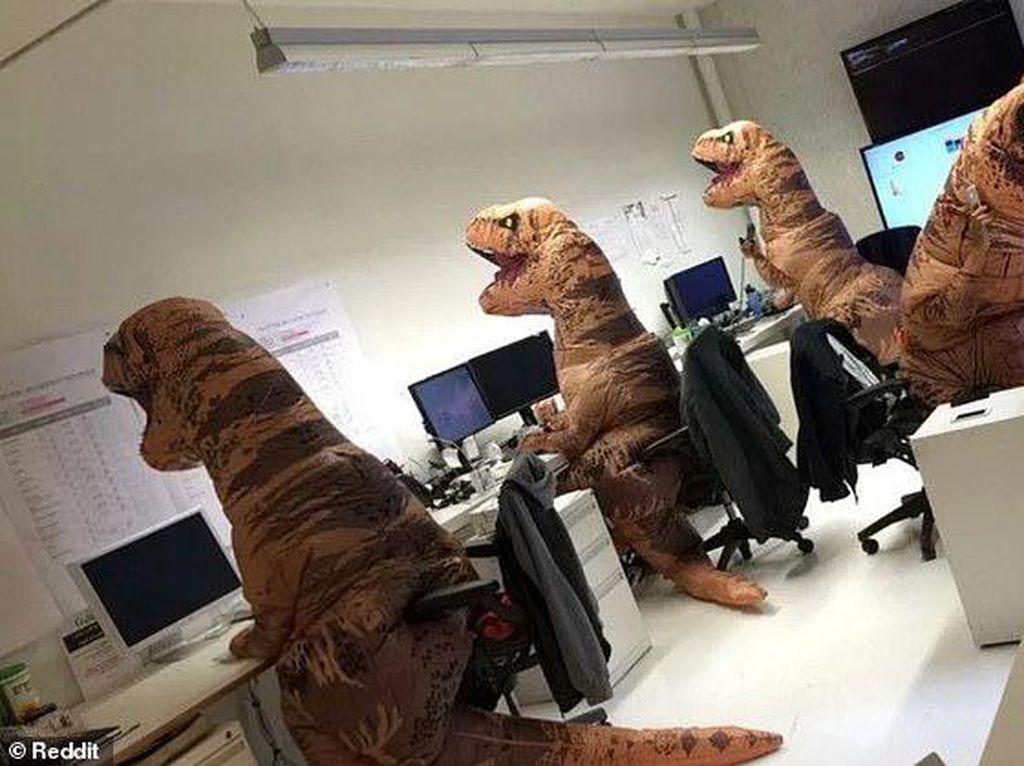 Deretan Foto Prank Lucu Bukti Jahilnya Karyawan Kantor, Kamu Pernah Alami?