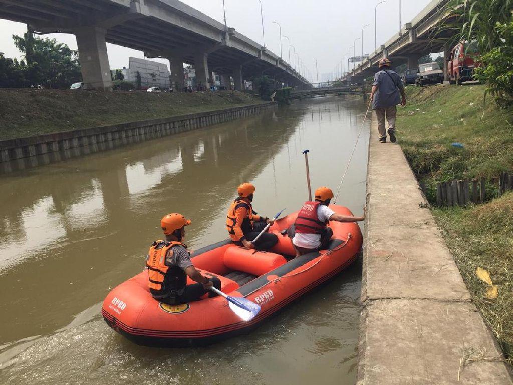 Tim SAR Sisir Sungai Cari Anak Korban Mobil Nyemplung di Kalimalang