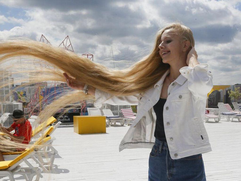Wow! Ini Lho Gadis Pemilik Rambut Terpanjang di Ukraina