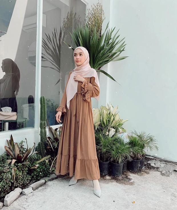 Model gamis warna coklat untuk tampil elegan