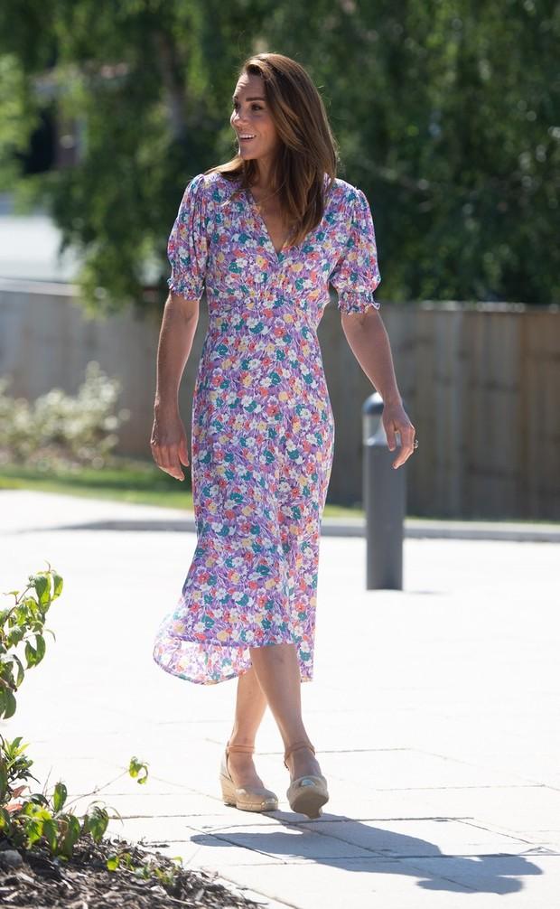 Marie-Louise floral-print crepe midi dress yang dikenakan Kate Middleton dalam kunjungan sosialnya diketahui berasal dari label bernama Faithfull the Brand. Setelah ditelusuri, brand tersebut berbasis di Bali yang didirikan oleh Sarah-Jane Abrahams dan Helle Them-Enger.