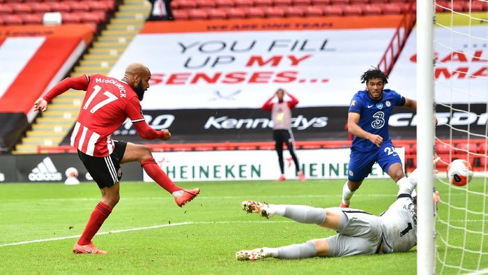 SHEFFIELD, ENGLAND - JULY 11: David McGoldrick of Sheffield United scores his teams first goal past Kepa Arrizabalaga of Chelsea during the Premier League match between Sheffield United and Chelsea FC at Bramall Lane on July 11, 2020 in Sheffield, England. Football Stadiums around Europe remain empty due to the Coronavirus Pandemic as Government social distancing laws prohibit fans inside venues resulting in all fixtures being played behind closed doors. (Photo by Peter Powell/Pool via Getty Images)