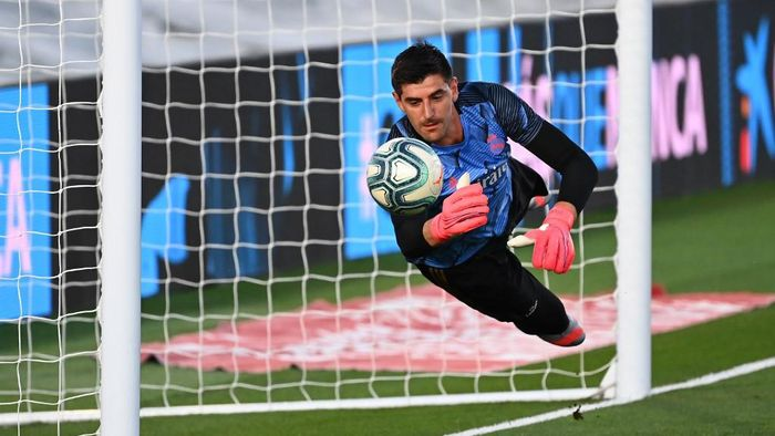 Real Madrids Belgian goalkeeper Thibaut Courtois warms up before the Spanish League football match between Real Madrid and Alaves at the Alfredo Di Stefano stadium in Valdebebas near Madrid on July 10, 2020. (Photo by GABRIEL BOUYS / AFP)