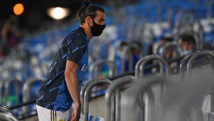 Real Madrids Welsh forward Gareth Bale wearing a face mask arrives to the Spanish League football match between Real Madrid and Alaves at the Alfredo Di Stefano stadium in Valdebebas near Madrid on July 10, 2020. (Photo by GABRIEL BOUYS / AFP)