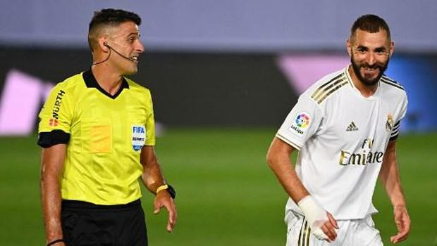 Real Madrid's French forward Karim Benzema (R) jokes with Spanish referee Jesus Gil during the Spanish League football match between Real Madrid and Alaves at the Alfredo Di Stefano stadium in Valdebebas near Madrid on July 10, 2020. (Photo by GABRIEL BOUYS / AFP)