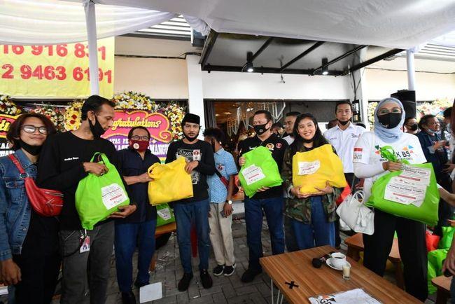 Ketua MPR Salurkan 250 Paket Sembako ke Seniman Jalanan di Jakarta
