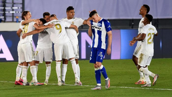 MADRID, SPAIN - JULY 10: Marco Asensio #20 of Real Madrid celebrate with his team mates after he scores his teams 2nd goal during the Liga match between Real Madrid CF and Deportivo Alaves at Estadio Alfredo Di Stefano on July 10, 2020 in Madrid, Spain. (Photo by Denis Doyle/Getty Images)