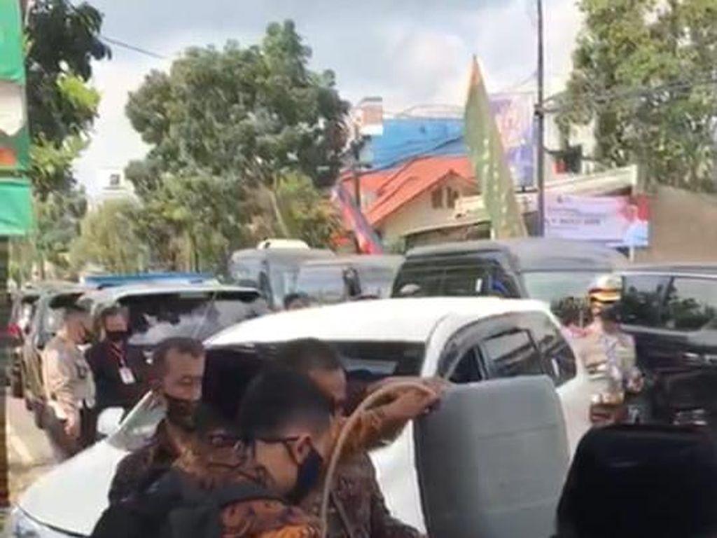 Viral Mobil RI 2 Isi Bensin dengan Jeriken, Kok Bisa!