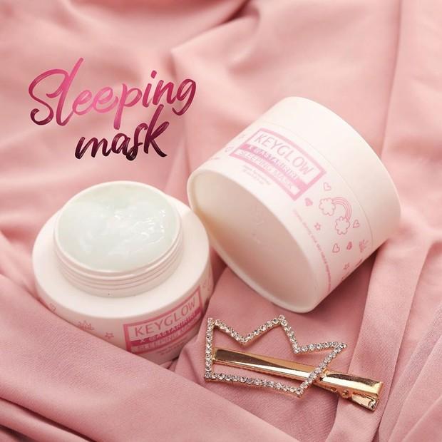 Sleeping Mask Keyglow X Astaririri mengandungan collagen dan hyalurunic acid yang bisa mencerahkan kulit, memperhalus pori-pori serta meregenerasi kulit agar tetap cerah di pagi hari saat bangun tidur