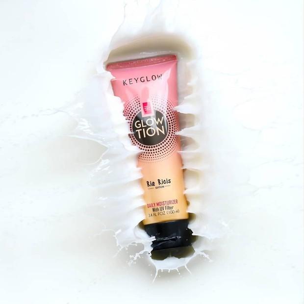 lotion dengan kandungan utama berupa Glutathion dan ada kandungan UV filter yang mampu membuat kulit tampak lebih cerah