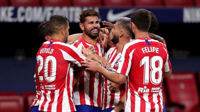 MADRID, SPAIN - JULY 11: Diego Costa of Atletico Madrid celebrates with Yannick Carrasco, Vitolo and Felipe of Atletico Madrid after scoring his teams first goal during the La Liga match between Club Atletico de Madrid and Real Betis Balompie at Wanda Metropolitano on July 11, 2020 in Madrid, Spain. Football Stadiums around Europe remain empty due to the Coronavirus Pandemic as Government social distancing laws prohibit fans inside venues resulting in all fixtures being played behind closed doors. (Photo by Gonzalo Arroyo Moreno/Getty Images)