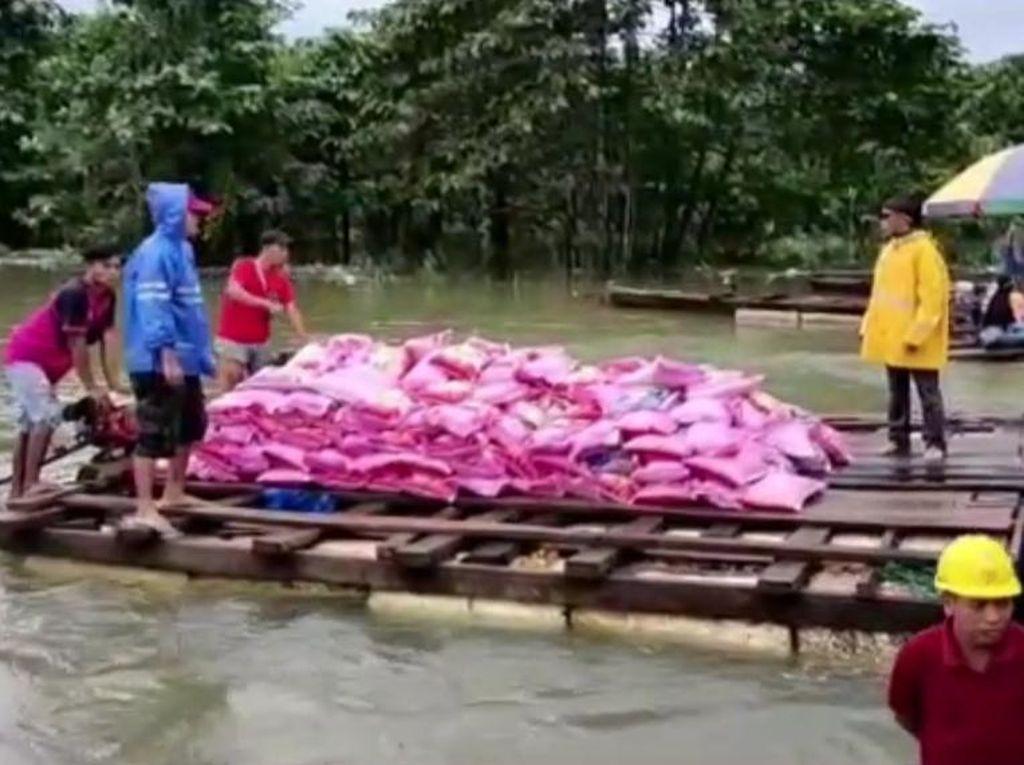 Pemkab Konawe Utara Salurkan Bantuan untuk Korban Banjir Gunakan Rakit