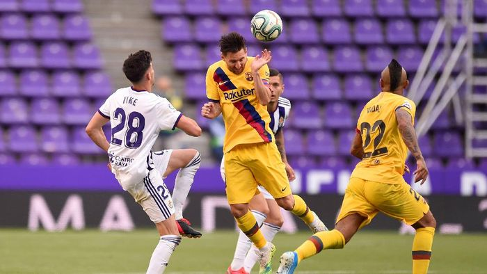 VALLADOLID, SPAIN - JULY 11: Kike Perez of Real Valladolid and Lionel Messi of Barcelona compete for the ball during the Liga match between Real Valladolid CF and FC Barcelona at Jose Zorrilla on July 11, 2020 in Valladolid, Spain. Football Stadiums around Europe remain empty due to the Coronavirus Pandemic as Government social distancing laws prohibit fans inside venues resulting in all fixtures being played behind closed doors. (Photo by Denis Doyle/Getty Images)