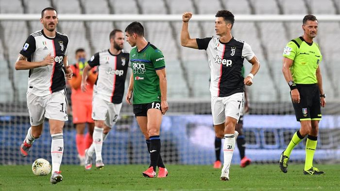 TURIN, ITALY - JULY 11:  Cristiano Ronaldo (R) of Juventus celebrates his second goal from the penalty spot during the Serie A match between Juventus and  Atalanta BC at Allianz Stadium on July 11, 2020 in Turin, Italy.  (Photo by Valerio Pennicino/Getty Images)