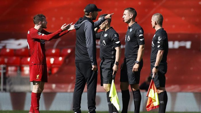 LIVERPOOL, ENGLAND - JULY 11: Jurgen Klopp, Manager of Liverpool speaks with Match Referee, David Coote following the Premier League match between Liverpool FC and Burnley FC at Anfield on July 11, 2020 in Liverpool, England. Football Stadiums around Europe remain empty due to the Coronavirus Pandemic as Government social distancing laws prohibit fans inside venues resulting in all fixtures being played behind closed doors. (Photo by Phil Noble/Pool via Getty Images)