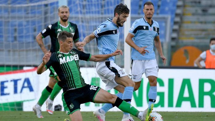 ROME, ITALY - JULY 11: Luis Alberto of SS Lazio compete for the ball with Filip Djuricic of US Sassuolo during the Serie A match between SS Lazio and  US Sassuolo at Stadio Olimpico on July 11, 2020 in Rome, Italy. (Photo by Marco Rosi - SS Lazio/Getty Images)