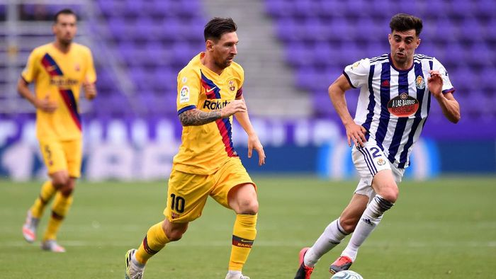 VALLADOLID, SPAIN - JULY 11: Lionel Messi of Barcelona and Kike Perez of Real Valladolid battle for the ball during the Liga match between Real Valladolid CF and FC Barcelona at Jose Zorrilla on July 11, 2020 in Valladolid, Spain. Football Stadiums around Europe remain empty due to the Coronavirus Pandemic as Government social distancing laws prohibit fans inside venues resulting in all fixtures being played behind closed doors. (Photo by Denis Doyle/Getty Images)