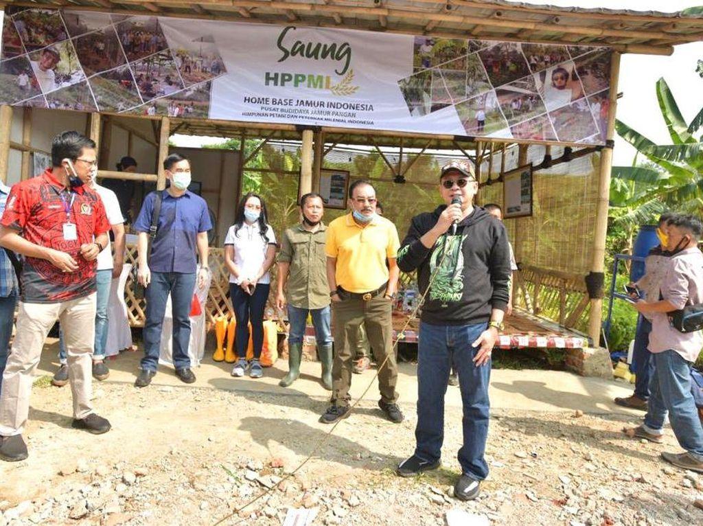 Ketua MPR Salurkan Bantuan Rp 400 Juta ke Petani & Peternak Milenial
