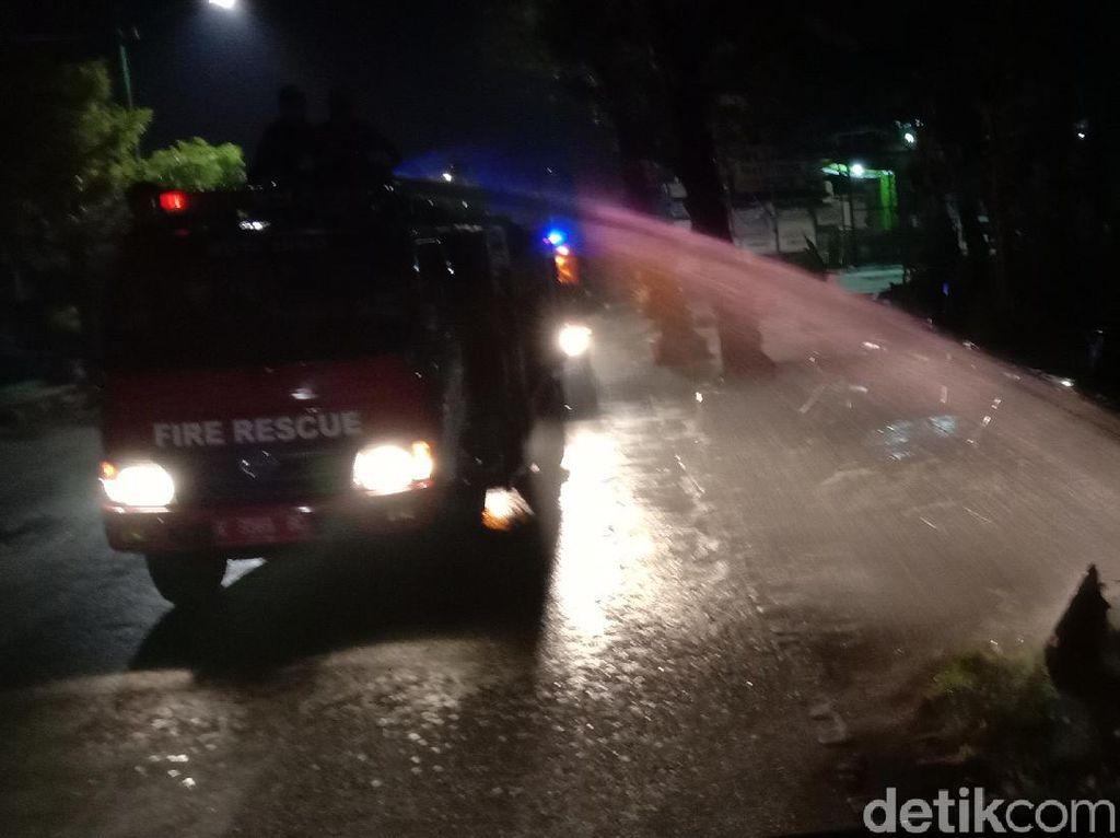 Petugas Bubarkan Kerumunan Warga di Jepara dengan Menyemprot Air