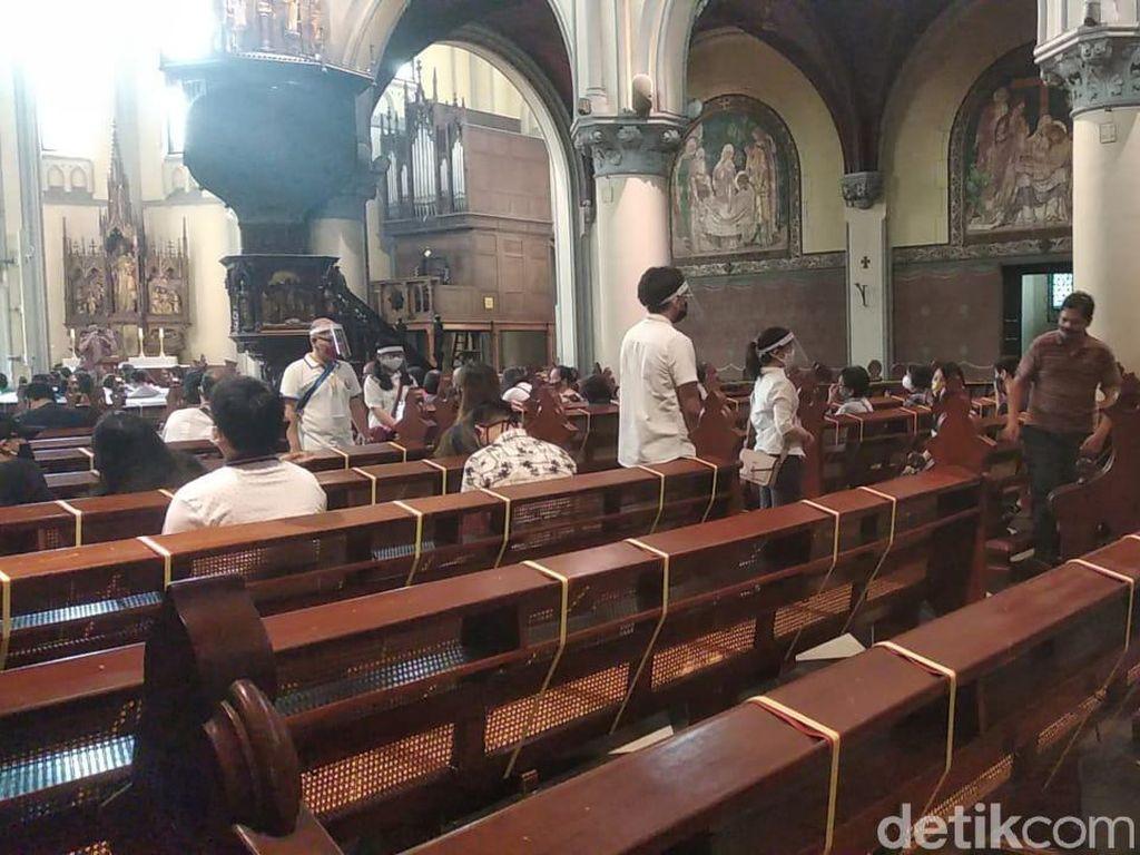 Gereja Katedral Kembali Dibuka, Begini Suasana Misa Terbatas Minggu Pagi