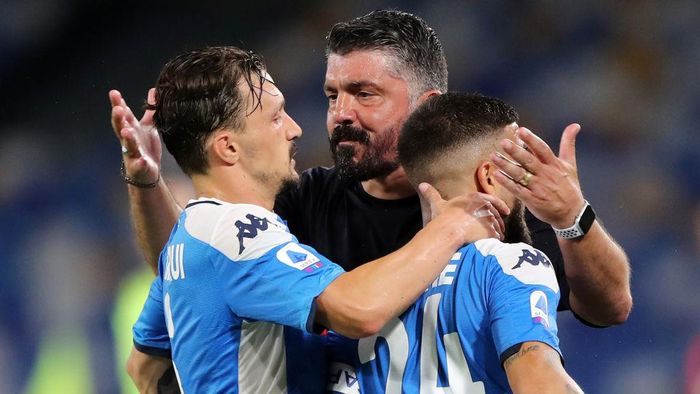 NAPLES, ITALY - JULY 05: Lorenzo Insigne and Mario Rui of SSC Napoli celebrate the 2-1 goal with their coach Gennaro Gattuso during the Serie A match between SSC Napoli and  AS Roma at Stadio San Paolo on July 05, 2020 in Naples, Italy. (Photo by Francesco Pecoraro/Getty Images)