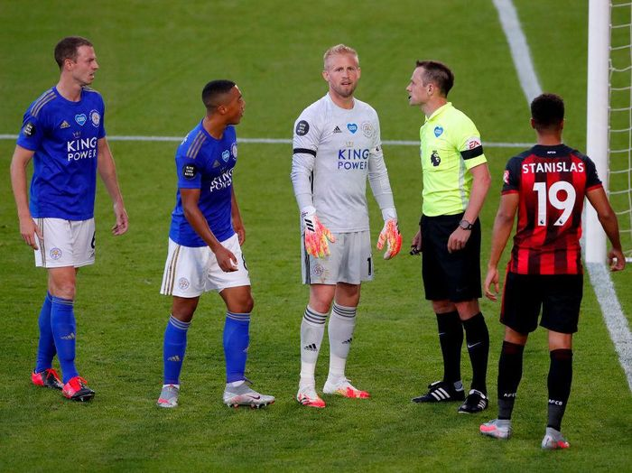 BOURNEMOUTH, ENGLAND - JULY 12: Kasper Schmeichel of Leicester City speaks with the referee  during the Premier League match between AFC Bournemouth and Leicester City at Vitality Stadium on July 12, 2020 in Bournemouth, England. Football Stadiums around Europe remain empty due to the Coronavirus Pandemic as Government social distancing laws prohibit fans inside venues resulting in all fixtures being played behind closed doors. (Photo by Andy Couldridge/Pool via Getty Images)