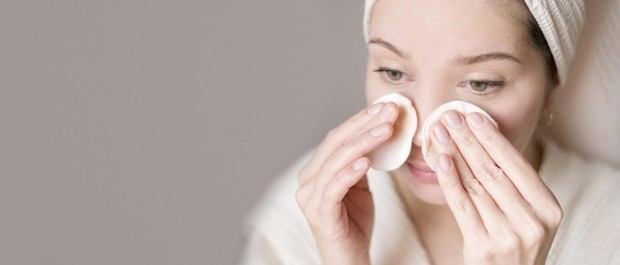 Baik AHA dan BHA, kamu wajib menggunakannya saat kulit dalam keadaan bersih setelah kamu membersihkan wajah