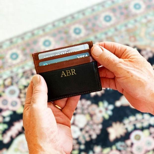 Menyimpan kartu agar terlihat rapi dan mudah dibawa.