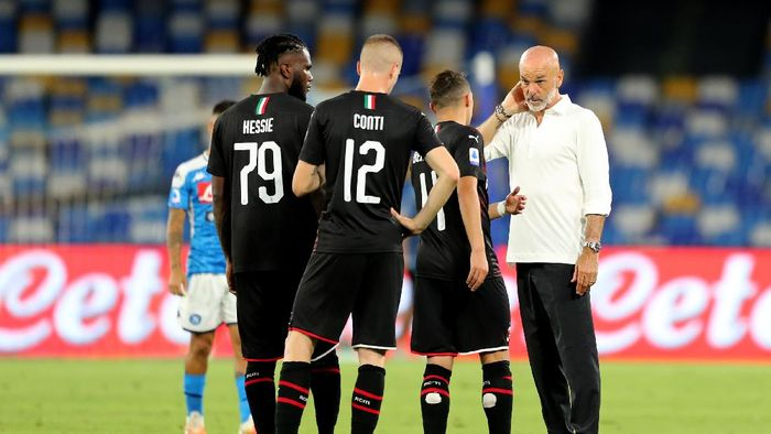 NAPLES, ITALY - JULY 12: Stefano Pioli AC Milan coach with his players during the Serie A match between SSC Napoli and  AC Milan at Stadio San Paolo on July 12, 2020 in Naples, Italy. (Photo by Francesco Pecoraro/Getty Images)