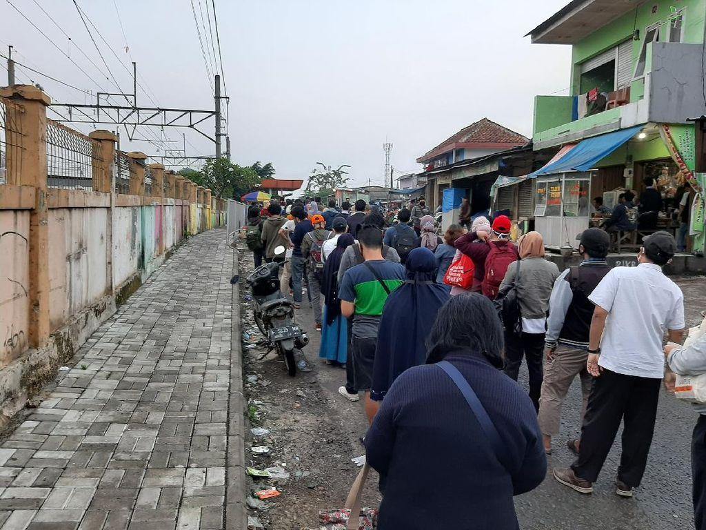 Antrean Calon Penumpang KRL di Stasiun Bojonggede Mengular Hingga ke Jalan