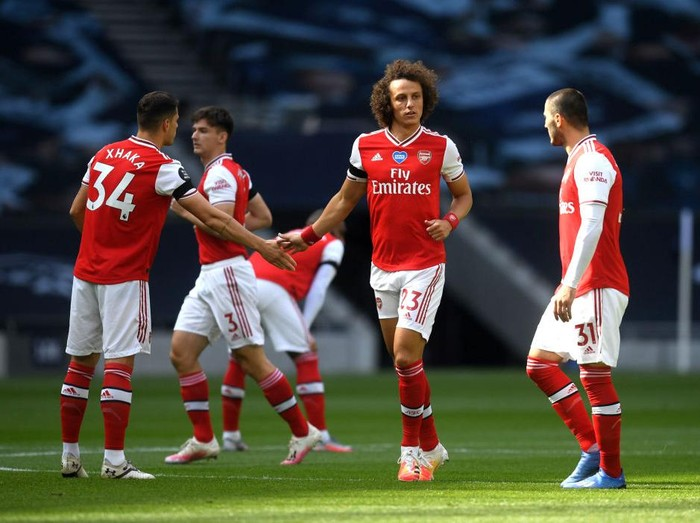 LONDON, ENGLAND - JULY 12: David Luiz of Arsenal shakes hands with Granit Xhaka of Arsenal ahead of the Premier League match between Tottenham Hotspur and Arsenal FC at Tottenham Hotspur Stadium on July 12, 2020 in London, England. Football Stadiums around Europe remain empty due to the Coronavirus Pandemic as Government social distancing laws prohibit fans inside venues resulting in all fixtures being played behind closed doors. (Photo by Michael Regan/Getty Images)