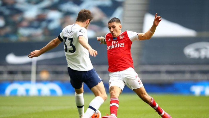 LONDON, ENGLAND - JULY 12: Ben Davies of Tottenham Hotspur  battles for possession with  Hector Bellerin of Arsenal  during the Premier League match between Tottenham Hotspur and Arsenal FC at Tottenham Hotspur Stadium on July 12, 2020 in London, England. Football Stadiums around Europe remain empty due to the Coronavirus Pandemic as Government social distancing laws prohibit fans inside venues resulting in all fixtures being played behind closed doors. (Photo by Julian Finney/Getty Images)